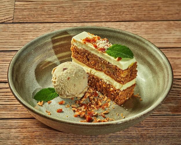 Carrotcake met ijs en gekarameliseerde notenkruimels