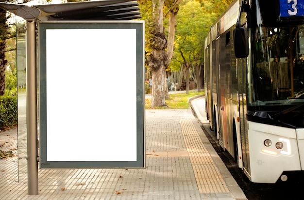 Cartelera vertical en blanco blanco en la parada de autobs en la calle de la ciudad Premium Foto
