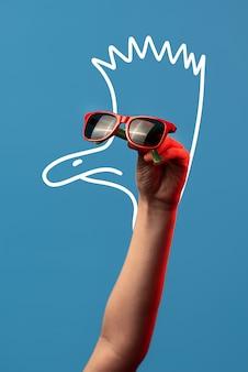 Cartoon struisvogel met een mohawk in modieuze zonnebril op blauwe achtergrond