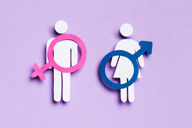 Cartoon vrouw en man met vrouwelijke en mannelijke tekens op hen