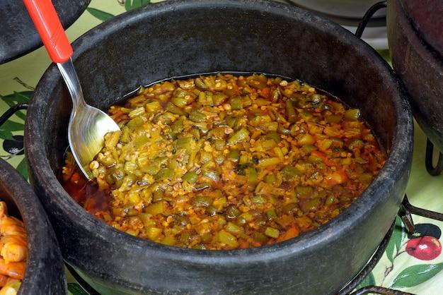 Caruru, braziliaans gerecht gemaakt met okra, in een aarden pot