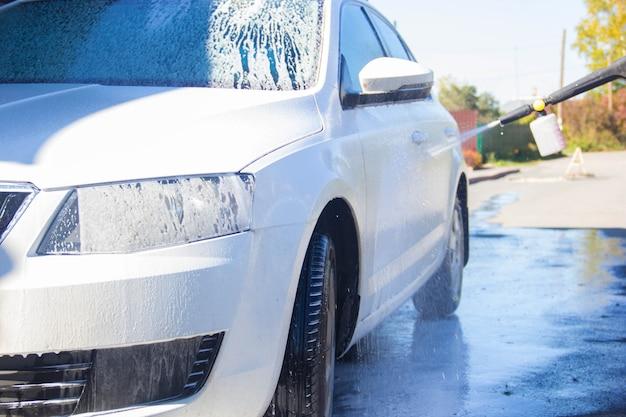 Carwash. carwash. man wast de auto. schuim