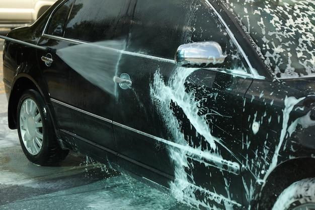 Carwash. duidelijke auto met schuim