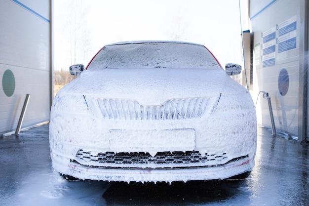 Carwash met zeep en water onder hoge druk. machine is volledig zeep