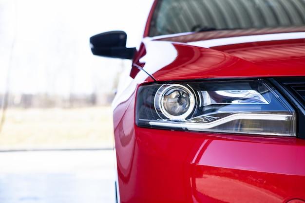 Carwash, reinig de auto na het wassen met schuim. detailopname