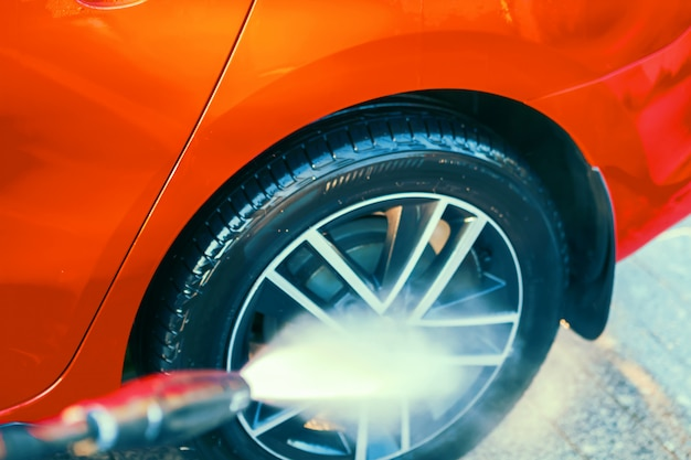 Carwash, verzorging en reiniging. lichtmetalen velgen wassen met externe hogedrukreiniger.