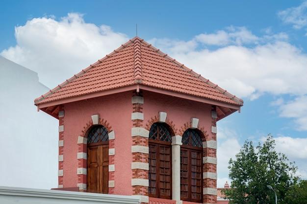 Casa de fresco da antiga quinta do cercado, naam van de historische toren uit de 19e eeuw in de stad faro, portugal.