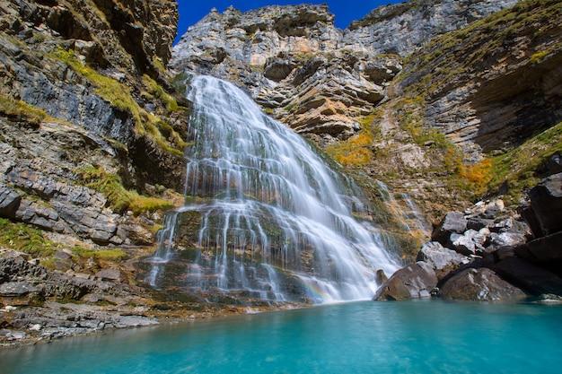 Cascada cola de caballo bij ordesa-vallei de pyreneeën spanje