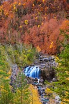 Cascada de arripas-waterval in ordesa-vallei de pyreneeën huesca