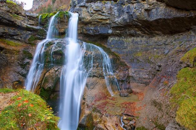 Cascada de la cueva waterval ordesa vallei pyreneeën spanje