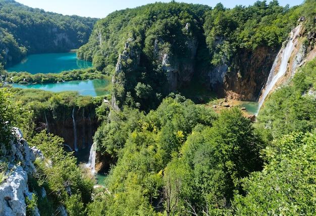 Cascade azuurblauwe heldere meren met watervallen in plitvice lakes national park (kroatië)