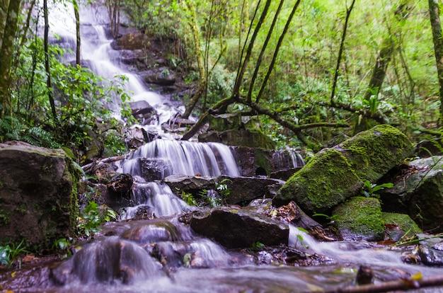 Cascade gefotografeerd met lange sluitertijd