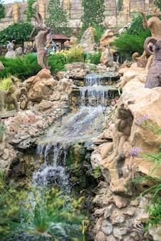 Cascade van watervallen in het park. kunstmatig