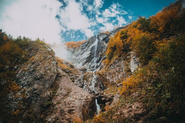 Cascade van watervallen in krasnaya polyana