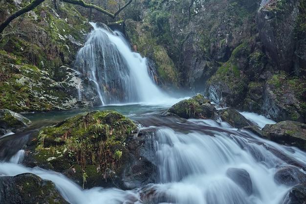 Cascades van de rivier de valga in de provincie pontevedra in galicië