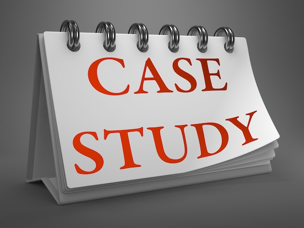 Casestudy - rode tekst op witte bureaubladkalender geïsoleerd op grijze achtergrond.