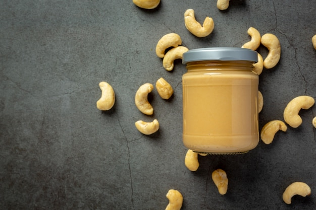 Cashewboter op donkere achtergrond