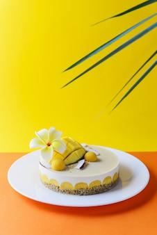 Cashewcake met mango en kokos en frangipanibloem. suiker, lactose, glutenvrij. gezond eten, veganistisch.