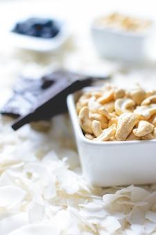 Cashewnoten en kokosnootvlokken