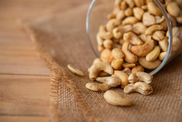 Cashewnoten gebakken zout voedzaam en voedend voor de hersenen