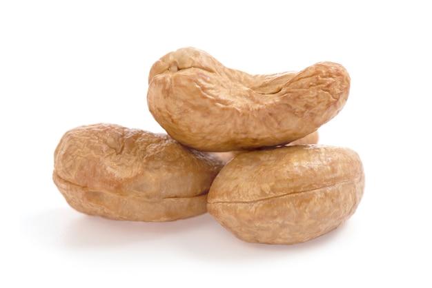 Cashewnoten gedroogde zaden geplaatst geïsoleerd op