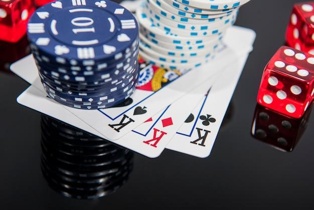 Casino abstracte foto. pokerspel op rode achtergrond. thema gokken.