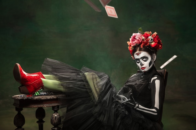 Casino jong meisje zoals santa muerte saint-dood of suikerschedel met lichte make-up