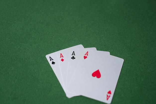 Casino pokerspel op groene tafel. thema gokken