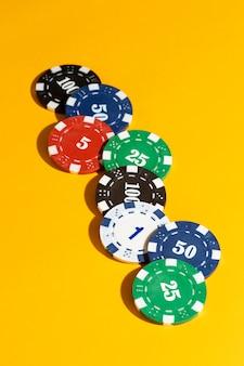 Casinofiches op gele achtergrond
