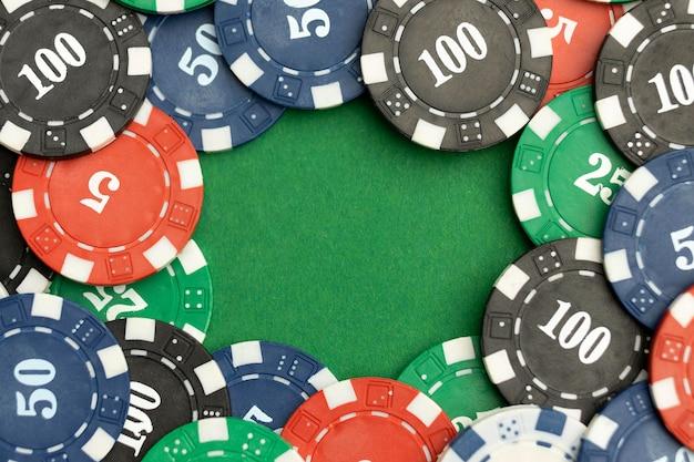 Casinofiches op groene achtergrond met lege ruimte