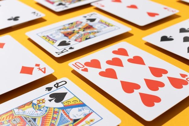 Casinokaarten op gele achtergrond