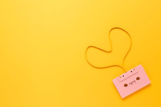 Cassette op gele achtergrond met exemplaarruimte