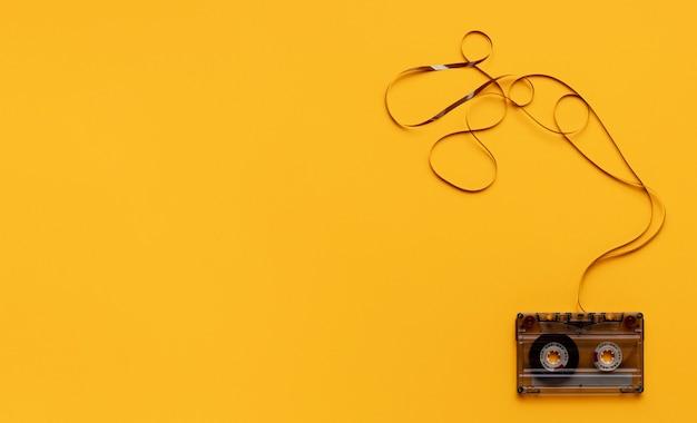 Cassettebandje op gele achtergrond