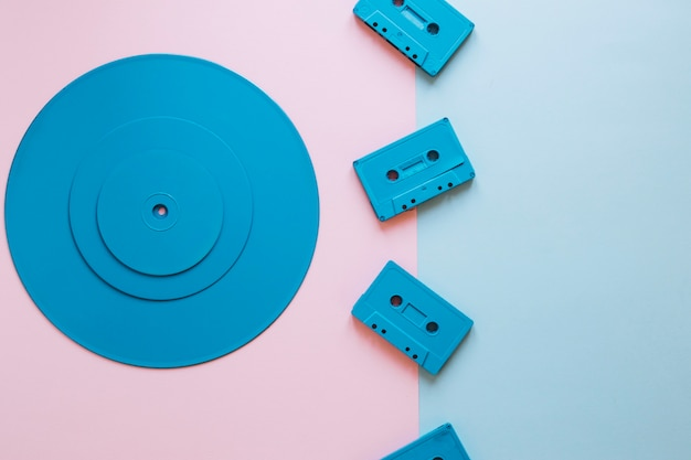 Cassettes in de buurt van stapel schijven