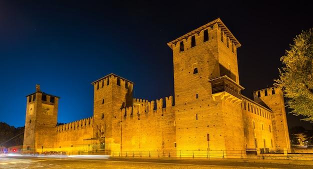 Castelvecchio kasteel in verona in de avond
