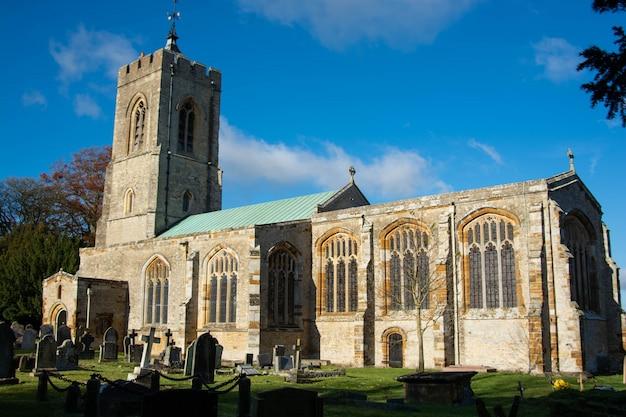 Castle ashby parochiekerk op een zonnige herfstochtend.