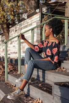 Casual afrikaanse vrouw die een selfie neemt