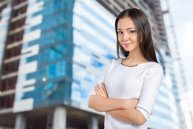 Casual aziatische blanke vrouw van gemengd ras die lacht en er gelukkig uitziet