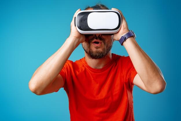 Casual bebaarde man met behulp van virtual reality-bril