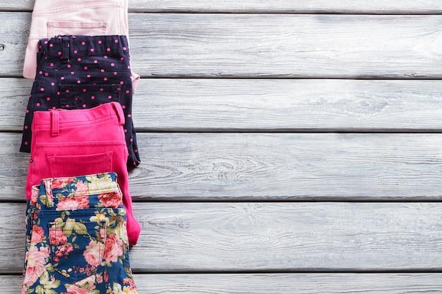 Casual broek van verschillende kleur. omgeslagen broek met print. comfortabele stretchbroek voor dames. perfecte bestelling op winkelvitrine.