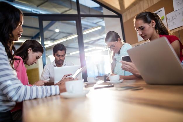 Casual business team met behulp van laptops