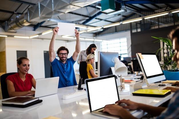Casual collega's met behulp van laptops op kantoor