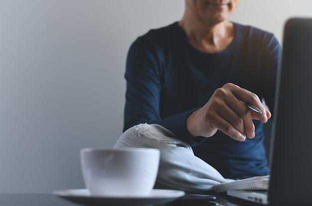 Casual freelance man online werken vanuit huis