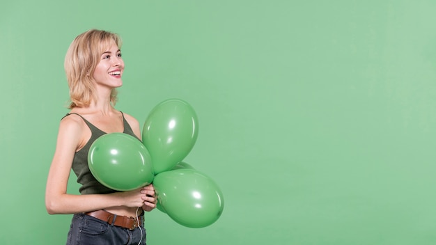 Casual geklede vrouw met ballonnen