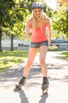 Casual glimlachend blonde inline skaten