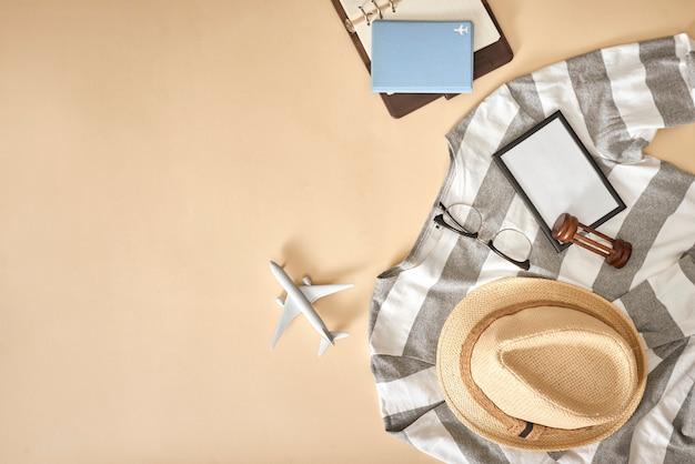 Casual herenoutfits met accessoires voor op reis tijdens vakantie