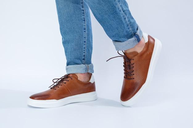 Casual herenschoenen zijn bruin met natuurlijk leer, mannen op de schoen in bruine veterschoenen