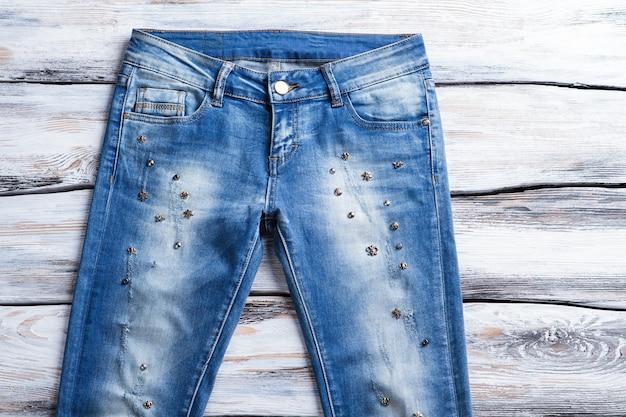 Casual jeans met lage taille. vrouwelijke jeans met metalen details. designerbroek van hoge kwaliteit. voorjaarsuitverkoop bij modeboetiek.