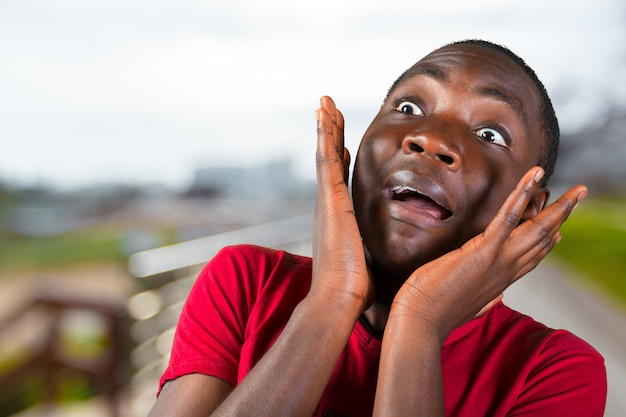 Casual jonge afrikaanse man
