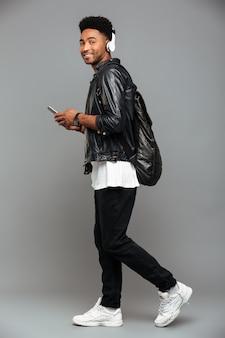 Casual jonge afro-amerikaanse man
